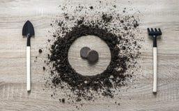 La textura puesta a tierra tierra de madera del rastrillo de la bifurcación de la bifurcación de la cuchara del plato del círculo Foto de archivo libre de regalías