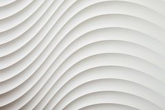 La texture blanche de mur, modèle abstrait, ondulent le fond moderne et géométrique onduleux de couche de chevauchement Image stock