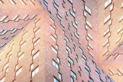 La texture conceptuelle d'architecture des immeubles de brique modernes avec beaucoup ajustent des fenêtres Photographie stock libre de droits