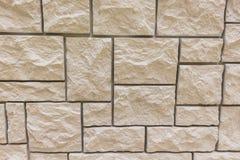 La texture d'abrégé sur fond de brique a survécu du vieux stuc brun clair souillé et du mur jaune rouge peint dans la chambre rur Photo stock