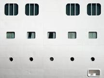 La texture d'un blanc expédie la coque avec des hublots Photographie stock libre de droits
