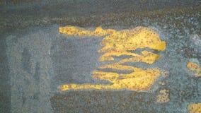 La texture d'un métal âgé avec éclabousse de la rouille, et des restes des annonces déchirées par papier de colle Texture naturel photo libre de droits
