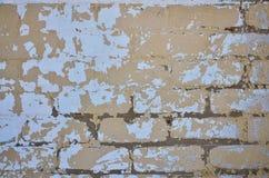 La texture d'un mur de briques très vieux avec un épluchage et une Co rugueuse Image stock