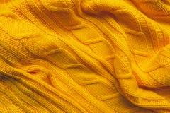 La texture d'un tissu de laine tricoté Fond pour créer des dispositions d'un hiver, cartes de Noël, bannières Chandail jaune de K Photos stock