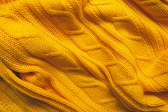 La texture d'un tissu de laine tricoté Fond pour créer des dispositions d'un hiver, cartes de Noël, bannières Chandail jaune de K Photo stock