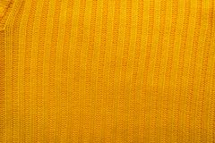 La texture d'un tissu de laine tricoté Fond pour créer des dispositions d'un hiver, cartes de Noël, bannières Chandail jaune de K Photographie stock