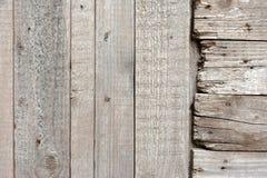 La texture d'un vieil arbre a survécu à des morceaux de bois, avec les clous rouillés Vieux fond d'arbre Image libre de droits