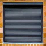 La texture de la fenêtre avec des abat-jour sur le mur avec t en céramique Image stock