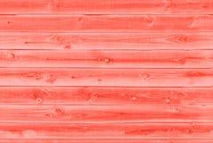 La texture de fond du vieux rouge de corail vivant a peint le mur de rev?tement en bois de conseils Fond de corail vivant de coul photographie stock libre de droits