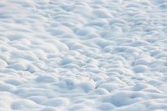 la texture de la neige blanche aiment les petites dérives qui ont couvert la terre creusée Images libres de droits