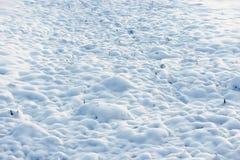 la texture de la neige blanche aiment les petites dérives qui ont couvert la terre creusée Image stock