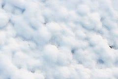 la texture de la neige blanche aiment les petites dérives qui ont couvert la terre creusée Photos libres de droits