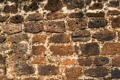 La texture de murs de briques de latérite d'un temple bouddhiste antique en parc historique d'Ayutthaya, province d'Ayutthaya, Th photo stock
