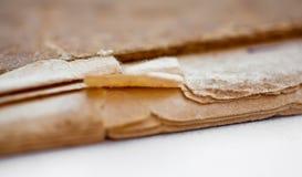 La texture de vieilles pages jaunies finissent, les livres frangés images stock