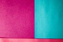 La texture de la violette bleue et du beau papier moderne avec un ruban rose de fascinant à la mode de tissu sensible Le fond photographie stock libre de droits