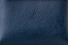 La texture du cuir dans bleu-foncé Photo libre de droits