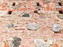 La texture du mur de briques criqué de épluchage dur de vieille pierre antique médiévale antique de grandes pierres de briques re photo libre de droits