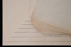 La texture du papier brut, un paquet de carton photographie stock libre de droits
