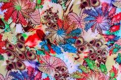 La texture du tissu d'impression ont barré la plume de paon et naturel image stock