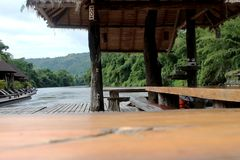 La texture en bois et le bois de Tableau transportent par radeau sur le paysage de rivière Photographie stock
