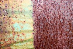 La texture est divisée en moitié le métal oxydé minable rougeâtre et vert jaunâtre d'une couleur deux rouillée vieux, fer avec la images stock