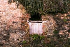 La texture a formé par une entrée effondrée à un vieux bâtiment en pierre Image libre de droits