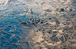 La texture, modèles sur l'étang glacent le réveillon de Noël Images stock