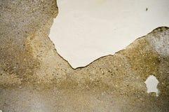 La texture mur minable en béton de pierre du vieux avec des fissures et des puces blanchissant et plâtre exfolié, mastic Le fond photos libres de droits