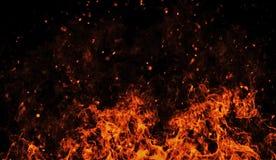 La texture parfaite de cru avec des particules du feu miroitent des braises sur le fond Texture pour la banni?re, insecte, carte photo stock