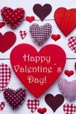 La texture rouge de coeurs, textotent le jour de valentines heureux, image verticale Photo libre de droits