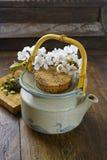 La théière du Japon avec le thé vert et Sakura fleurit Photo libre de droits