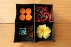 La thérapie d'arome de station thermale réglée dans la boîte, arome de bougie, roses a formé des bougies, des bâtons d'encens et  photographie stock