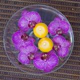 Station thermale avec les fleurs et les bougies de flottement Photographie stock