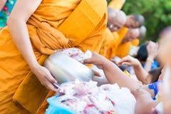 La Thaïlande 13 avril : : donnez l'aumône à un moine bouddhiste dans le Fest de Songkran image stock