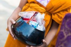 La Thaïlande 13 avril : : donnez l'aumône à un moine bouddhiste dans le Fest de Songkran photographie stock libre de droits