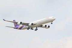 LA THAÏLANDE, BANGKOK 3 MARS : Vol d'avion de Thai Airways au-dessus de suvarnabh Images stock