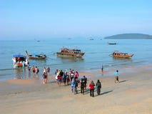 La Thaïlande, foule des touristes montant à bord d'un hors-bord Images libres de droits