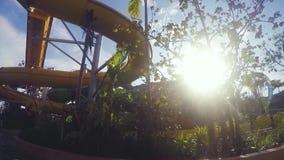La Thaïlande, Hua Hin, 27 bovember 2015 Glissez dans le parc aquatique sur le fond de ciel et de soleil dans le mouvement lent 19 banque de vidéos