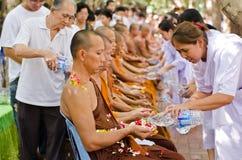 LA THAÏLANDE LE 13 AVRIL : les gens célèbrent Songkran photographie stock libre de droits