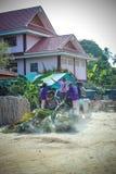 La THAÏLANDE, le KOH SAMUI, le 4 avril 2013 Thais portent Images libres de droits