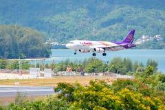 La Thaïlande - May6, 2016 : Avions d'Airbus A320 des voies aériennes thaïlandaises de sourire débarquant à l'aéroport internation Photographie stock