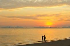 La Thaïlande. Mer d'Andaman. Île de phi de phi. Deux filles Photographie stock libre de droits