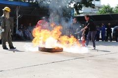 LA THAÏLANDE 22 NOVEMBRE : Exercice contre l'incendie et lutte contre l'incendie de base s'exerçant à Bangkok Photos libres de droits