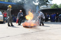 LA THAÏLANDE 22 NOVEMBRE : Exercice contre l'incendie et lutte contre l'incendie de base s'exerçant à Bangkok Images stock