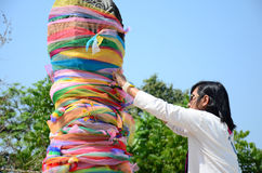 La Thaïlande traditionnelle et le lien de culture le tissu au tombeau de pilier de ville de Chiangrai Photos libres de droits