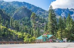 La tienda de chucherías de las montañas acurrucada en montañas Foto de archivo