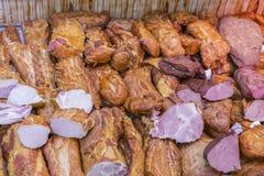 La tienda de delicatessen exhibe la carne fría y el salami Carne ahumada en ventana de la tienda en tienda Balyks y diversas deli fotografía de archivo libre de regalías