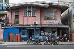 La tienda de informática se abrió en una casa de madera vieja en Manila fotos de archivo