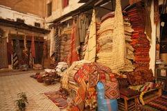 La tienda de la alfombra en Marruecos Foto de archivo libre de regalías