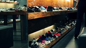 La tienda del calzado enfoca adentro vídeo metrajes